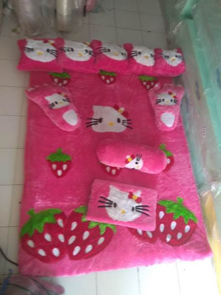 Karpet rasfur karakter hello kitty strauberry