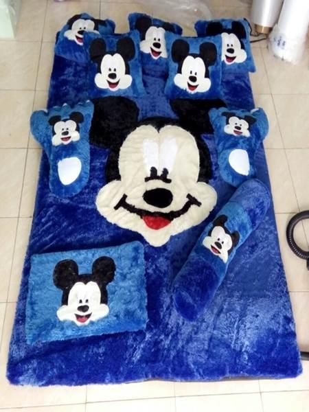 Karpet rasfur karakter Mickey Mouse biru