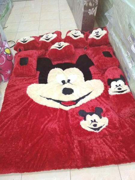 Karpet rasfur karakter Mickey Mouse merah